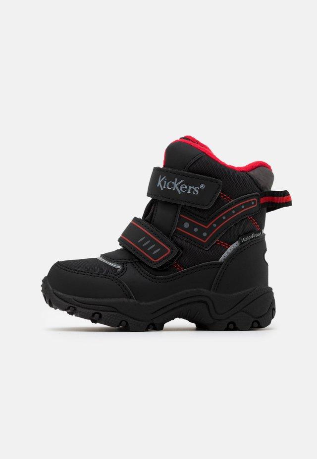 JUKKRO - Bottes de neige - noir/rouge