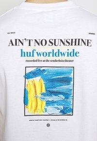 HUF - AINT NO SUNSHINE - Triko spotiskem - white - 5