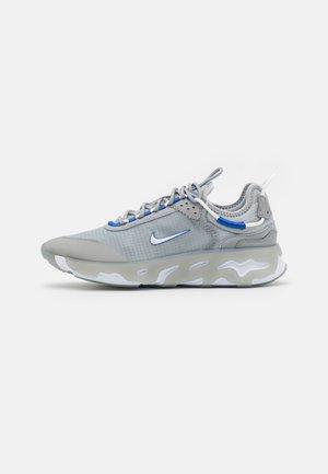 REACT LIVE - Sneakersy niskie - light smoke grey/hyper royal/particle grey/white