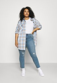 Vero Moda Curve - VMMANYADINA CROPPED - Jeans Skinny Fit - medium blue denim - 1