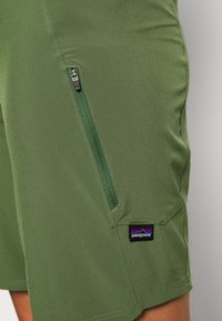 Patagonia - TYROLLEAN BIKE SHORTS - kurze Sporthose - camp green - 4