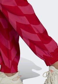 adidas Originals - X MARIMEKKO - Jogginghose - vivid red/team real magenta - 3