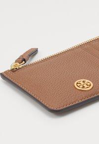 Tory Burch - WALKER TOP ZIP CARD CASE - Peněženka - light brown - 3