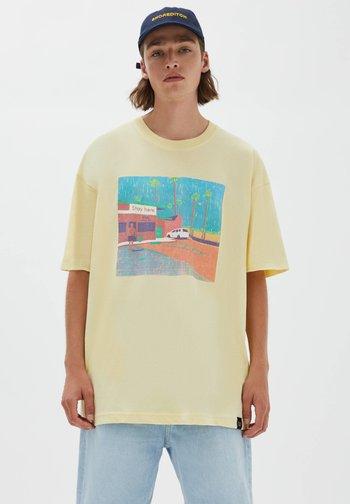 MIT PARKPLATZ-MOTIV - Print T-shirt - light yellow
