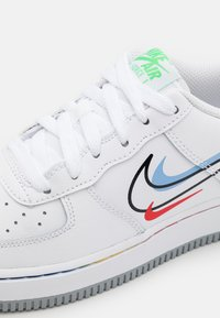 Nike Sportswear - AIR FORCE 1 UNISEX - Trainers - white/light green spark/aluminum/black/chile red/wolf grey - 5