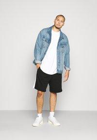 Lacoste - Pantalon de survêtement - noir/blanc - 1