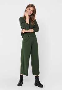 JDY - JDYGEGGO NEW ANCLE PANTS - Pantalones - forest night/black buttons - 1
