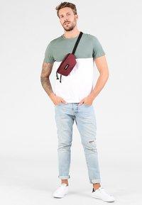 Eastpak - SPRINGER NEW COLORS - Bum bag - crafty wine - 0
