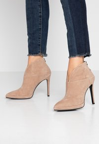 Lola Cruz - High heeled ankle boots - taupe - 0