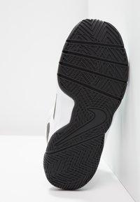 Nike Performance - TEAM HUSTLE D 8  - Basketball shoes - white/black - 4