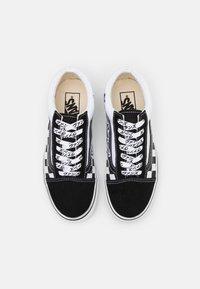 Vans - OLD SKOOL UNISEX - Trainers - black/true white - 5