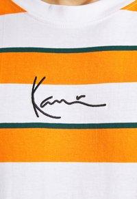 Karl Kani - SMALL SIGNATURE STRIPE TEE UNISEX - Print T-shirt - orange - 5