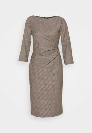 BURGOS - Pouzdrové šaty - kamel