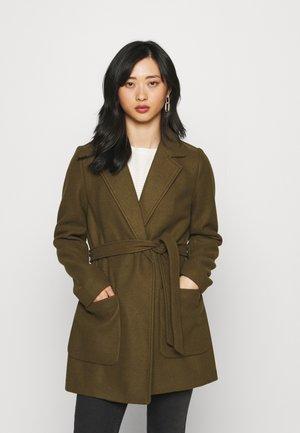 VICATTY BELTED COLLAR COAT - Classic coat - dark olive