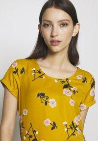 Vero Moda - VMFALLIE - Print T-shirt - chai tea/fallie - 4