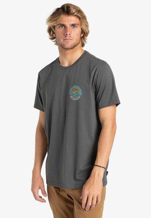 ADVENTURE DIVISION  - Print T-shirt - raven