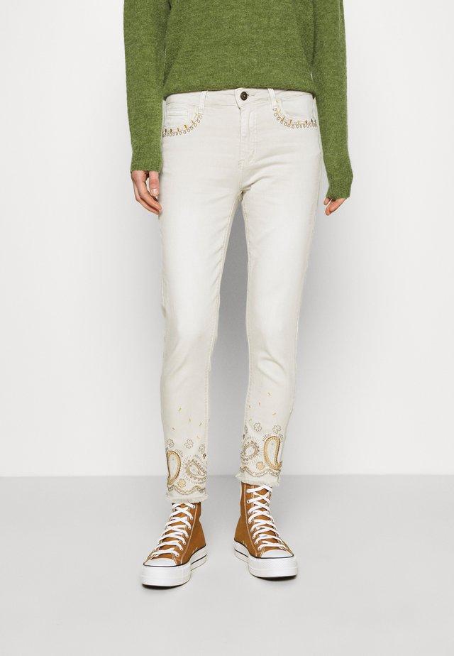PANT ANKLE PAISLE - Skinny džíny - white
