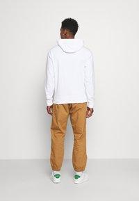 New Balance - ESSENTIALS EMBROIDERED HOODIE - Sweatshirt - white - 2