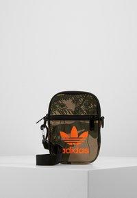 adidas Originals - CAMO FESTIV - Taška spříčným popruhem - hemp - 0