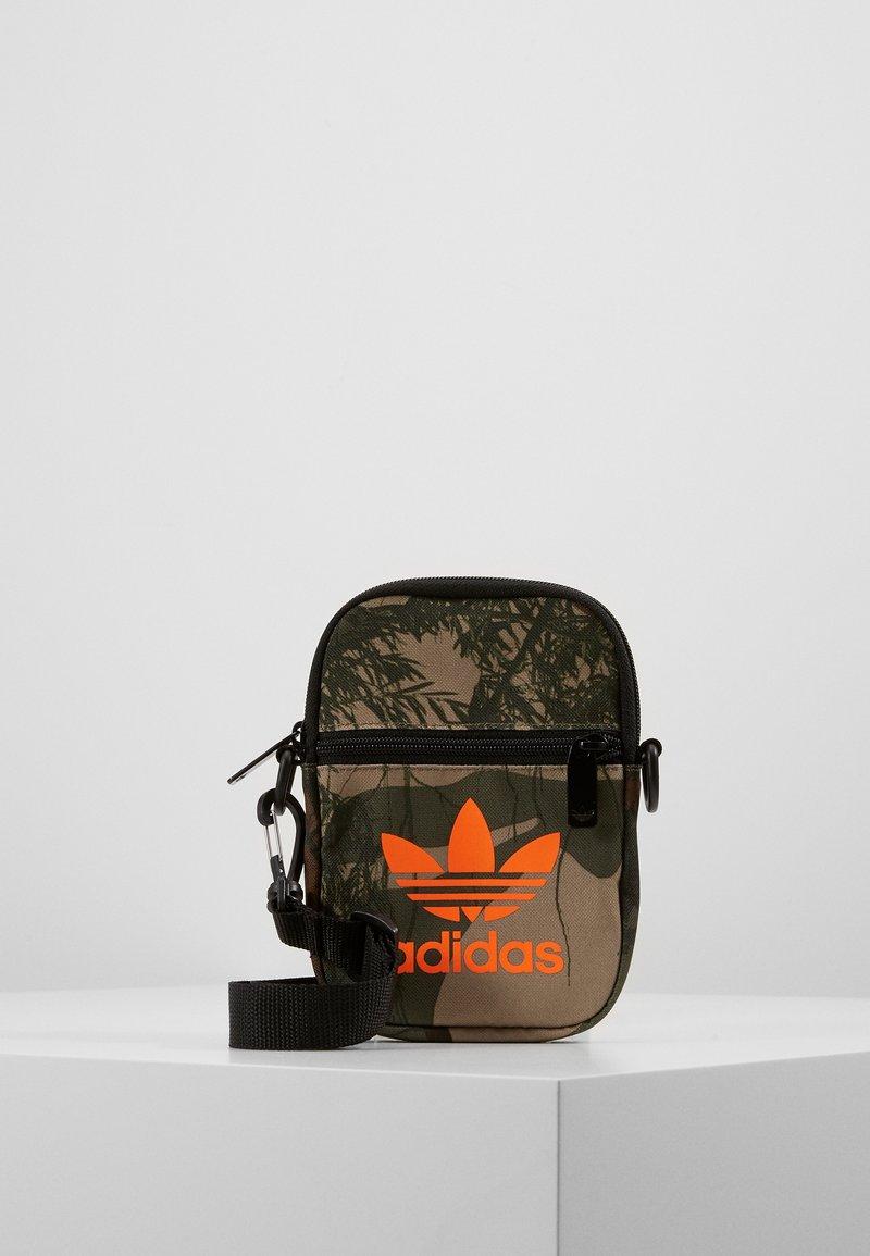 adidas Originals - CAMO FESTIV - Taška spříčným popruhem - hemp