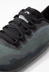 Merrell - VAPOR GLOVE 4 - Minimalist running shoes - black - 5