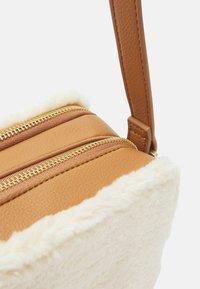 Who What Wear - EMMA - Across body bag - cream/tan - 3