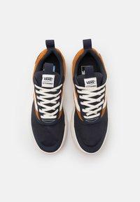 Vans - UA ULTRARANGE RAPIDWELD - Sneakers basse - india ink/pumpkin spice - 3
