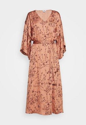 NELLIE DRESS - Denní šaty - peach