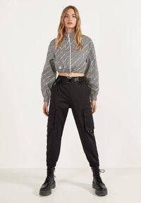Bershka - REFLEKTIERENDE CROPPED-JACKE 01242644 - Summer jacket - light grey - 1