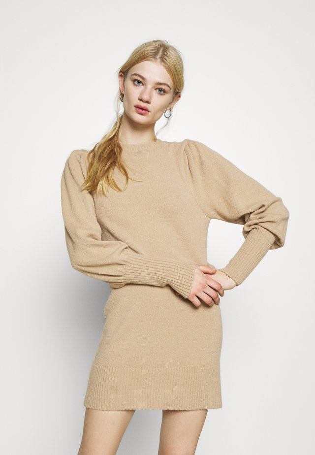 JUMPER DRESS - Sukienka dzianinowa - brown