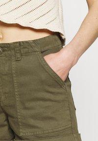 Vero Moda - Shorts - ivy green - 4