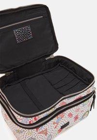 PARFOIS - MULTIPURPOSE PURSE VALENTINE XL - Kosmetická taška - white - 2