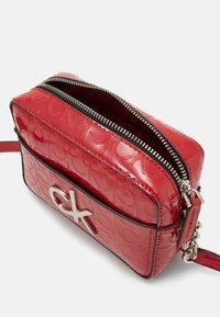 Calvin Klein - RE LOCK CAMERA BAG - Olkalaukku - red - 3