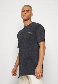 Night Addict - SMOKE - T-shirt med print - acid wash - 2