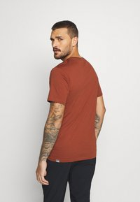 The North Face - M S/S EASY TEE - EU - T-shirt med print - brandy brown - 2
