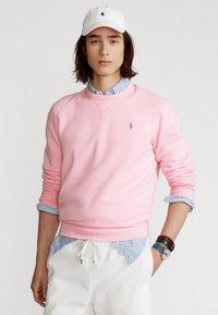 Polo Ralph Lauren - FLEECE CREWNECK SWEATSHIRT - Sweatshirt - carmel pink - 0
