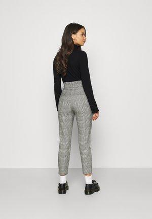 VMEVA PAPERBAG CHECK P PET - Kalhoty - grey
