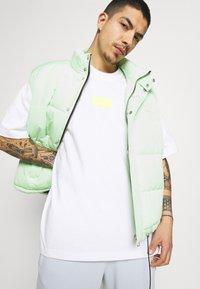 adidas Originals - SILICON - Camiseta estampada - white/solar yellow - 3