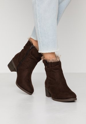 WIDE FIT MOSCOW RUCHED BOOT - Classic ankle boots - chocolate brown