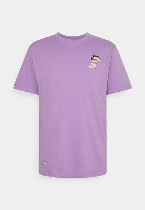 TEE CLUB ESSENTIALS - T-shirt med print - violet star