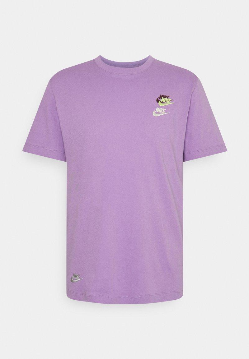 Nike Sportswear - TEE CLUB ESSENTIALS - T-shirt med print - violet star