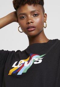 Levi's® - GRAPHIC VARSITY TEE SLANTED STRIPE LOGO - T-shirts print - black - 4