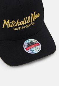 Mitchell & Ness - BRANDED PINSCRIPTREDLINE SNAPBACK - Keps - black/gold - 3