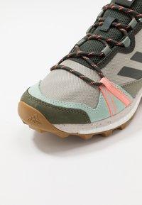 adidas Performance - TERREX SKYCHASER - Løbesko trail - grey/legend earth/granit tint - 5