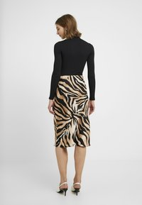 Miss Selfridge - HIGH NECK CLEAN BODY - Långärmad tröja - black - 2