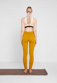 Yogasearcher - ASANA - Legging - curry - 2