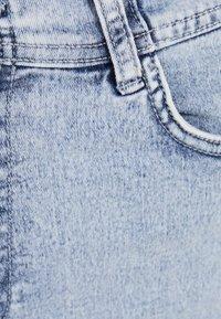 Bershka - UND UMGESCHLAGENEM SAUM  - Jeans Shorts - blue denim - 5