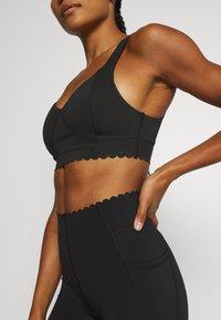 Cotton On Body - PLUNGE SCALLOP CROP - Sujetadores deportivos con sujeción ligera - black - 3