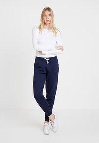 Zalando Essentials - Pantalones deportivos - navy - 1