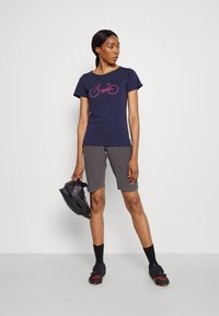 Triple2 - TUUR EEN BIKE - Print T-shirt - peacoat - 1